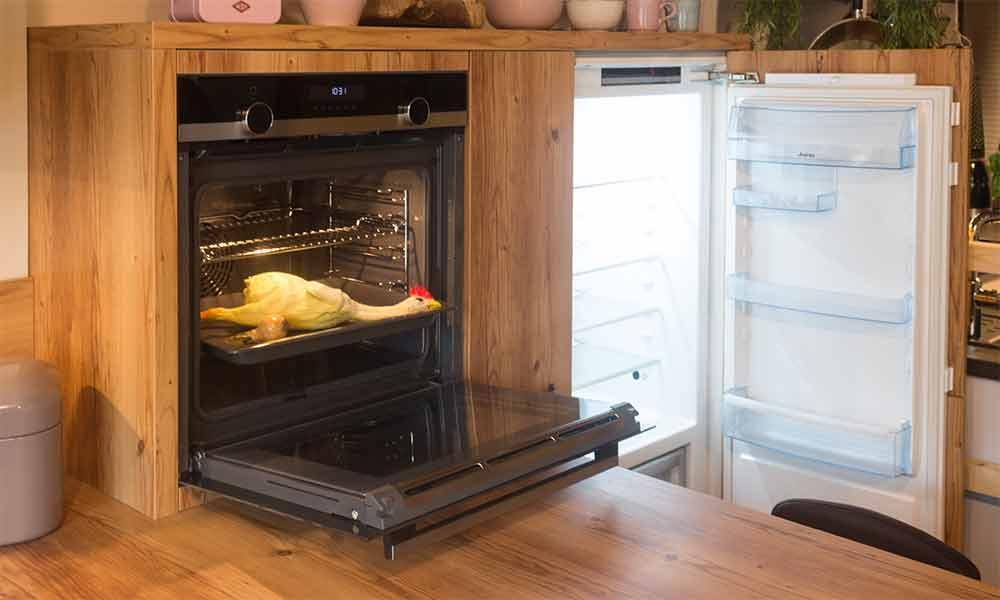 Cambia - Musterküche bei Küchen-Schreiner-Meier - Detail Herd und Kühlschrank